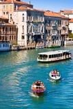 Canal grande en Venecia, Italia según lo visto del dell'Accademia de Ponte Fotos de archivo