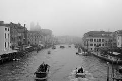 Canal grande in nebbia Fotografie Stock Libere da Diritti
