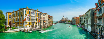 Canal grandioso com di Santa Maria della Salute da basílica, Veneza, Itália Imagem de Stock