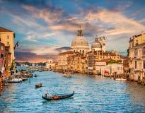 Canal grandioso com Santa Maria Della Salute no por do sol, Veneza, Itália Fotografia de Stock