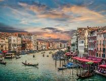 Canal grandioso da ponte famosa no por do sol, Veneza de Rialto, Itália Imagens de Stock