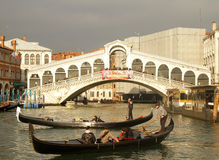 Canal grandioso e Ponte Rialto em Veneza Imagem de Stock Royalty Free