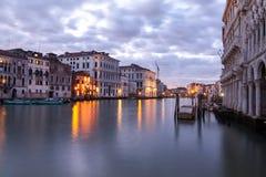 Canal grandioso em Veneza no crepúsculo Imagem de Stock