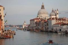 Canal grandioso, Veneza A abóbada da basílica de Santa Maria de Fotos de Stock