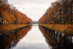 Canal hermoso dentro del parque de Lazienki, Varsovia Foto de archivo