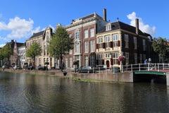 Canal histórico en Leiden, Holanda fotos de archivo