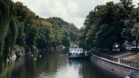 Canal idílico de Landwehrkanal en Kreuzberg, Berlín con los barcos y los cisnes en el verano almacen de video