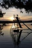 Canal inclinado de agua en el lago Macha en la oscuridad imagen de archivo libre de regalías