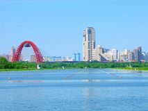 Canal Krylatskoe, Moscou, Russie, horizon urbain d'aviron photographie stock