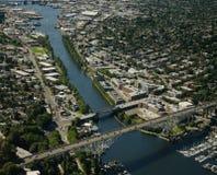 Canal largo y puente alto foto de archivo libre de regalías