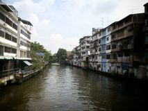 Canal a lo largo de hogares con el río del cruce ferroviario en Bangkok Tailandia Foto de archivo libre de regalías