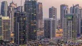 Canal luxuoso do porto de Dubai com passagem de barcos e de dia do passeio ao timelapse da noite, Dubai, Emiratos Árabes Unidos filme