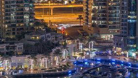 Canal luxuoso do porto de Dubai com passagem de barcos e de timelapse da noite do passeio, Dubai, Emiratos Árabes Unidos vídeos de arquivo
