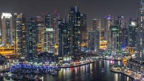Canal luxuoso do porto de Dubai com passagem de barcos e de timelapse da noite do passeio, Dubai, Emiratos Árabes Unidos filme