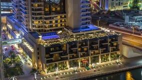 Canal luxuoso do porto de Dubai com passagem de barcos e de timelapse da noite do passeio, Dubai, Emiratos Árabes Unidos video estoque