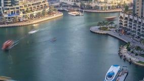 Canal luxuoso do porto de Dubai com passagem de barcos e de timelapse do passeio, Dubai, Emiratos Árabes Unidos video estoque