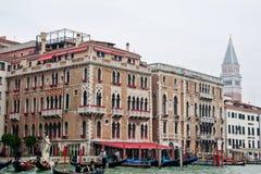 Canal magnífico de la mansión de Venecia foto de archivo