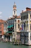 Canal magnífico y campanil de San Apostoli, Venecia Foto de archivo libre de regalías