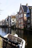 Canal néerlandais, vélo et un panier Photographie stock libre de droits