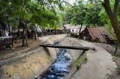 Canal pequeno da água de esgoto superado por uma ponte imagens de stock