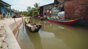 Canal pequeno na vila, Indonésia video estoque