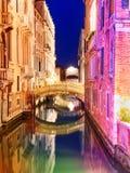 Canal pitoresco com construções coloridas brilhantes e a ponte pequena foto de stock royalty free
