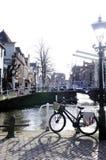 Canal, pont-levis et vélo néerlandais Image libre de droits