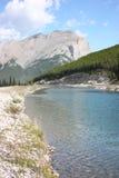 Canal que funciona através de Montanhas Rochosas canadenses Imagem de Stock