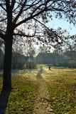 Canal que va del pequeño camino el parque Imagenes de archivo