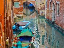 Canal refletindo cor-de-rosa com os barcos em Veneza em Itália foto de stock royalty free