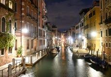 Canal Rio de la Fornace en el cuarto veneciano de Dorsoduro en fotos de archivo