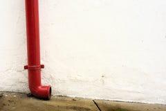 Canal rojo en la pared blanca fotos de archivo