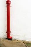 Canal rojo en la pared blanca Fotografía de archivo