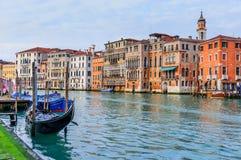 Canal romântico no centro de Veneza. Fotografia de Stock