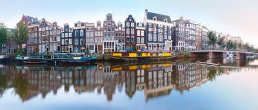 canal singel con las casas holandesas holanda de amsterdam fotos de archivo