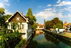 Canal sur la défectuosité de fleuve avec la vieille ville à Strasbourg Image libre de droits