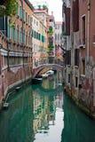 Canal típico de Veneza imagem de stock royalty free