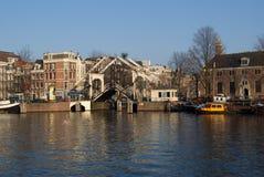 Canal típico en Amsterdam Fotografía de archivo