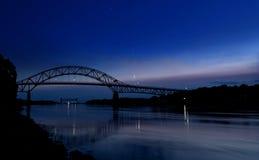 Canal tranquilo de Cape Cod debajo de un cielo plagado de estrellas imagenes de archivo