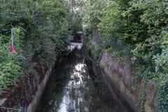 Canal a través de la ciudad Imagen de archivo