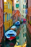 Canal veneciano con los barcos foto de archivo libre de regalías