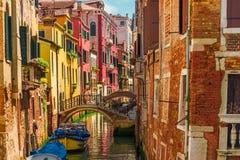 Canal veneciano con los barcos y las fachadas coloridas de casas medievales viejas en Venecia, Italia foto de archivo libre de regalías