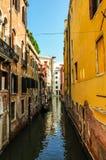 Canal veneciano estrecho en un día soleado foto de archivo