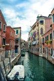 Canal veneciano hermoso en día de verano, Italia foto de archivo