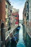 Canal veneciano hermoso en día de verano, Italia imagen de archivo