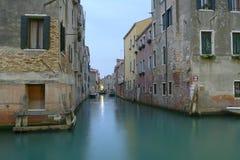 Canal veneciano por la mañana fotografía de archivo libre de regalías