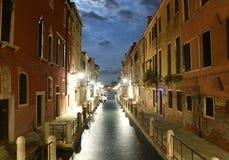 Canal veneciano Rio de la Fornace en la noche en Venecia, Italia imagenes de archivo