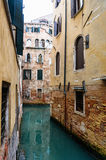 Canal Venetian estreito - Veneza, Itália Fotografia de Stock Royalty Free