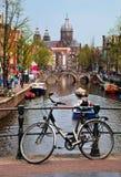 Canal viejo de la ciudad de Amsterdam, barcos. Imagen de archivo libre de regalías