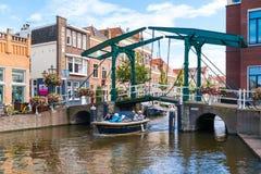Canal viejo del Rin del puente levadizo en Leiden, Países Bajos imágenes de archivo libres de regalías